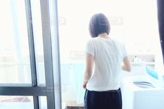 ベランダに立っている女の写真・画像素材[2801364]