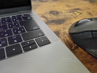机の上にあるノートパソコンの写真・画像素材[2810564]