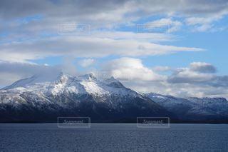 山を背パタゴニアフィヨルドの写真・画像素材[2806395]