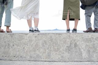大人になっても登りたくなる海岸の石垣の写真・画像素材[2808979]