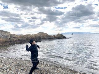 海に石を投げるの写真・画像素材[2975216]