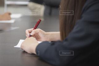 メモを取る女性の写真・画像素材[2817134]