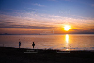 琵琶湖に沈む夕日と2人のシルエットの写真・画像素材[2851815]