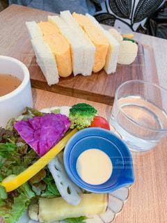 地元野菜のサラダと厚焼き卵のサンドイッチの写真・画像素材[2895447]
