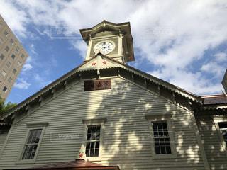 建物の前の時計塔の写真・画像素材[2817798]