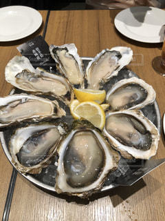 テーブルの上の牡蠣の皿の写真・画像素材[2817793]