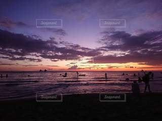 ビーチに沈む夕日の写真・画像素材[2818501]