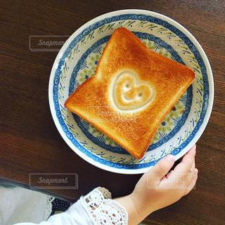皿の上のハートトーストの写真・画像素材[2819841]