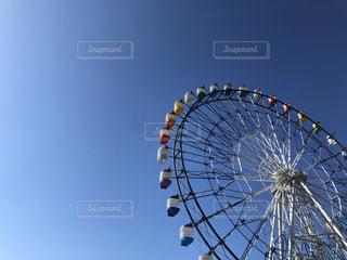 青空とカラフル観覧車の写真・画像素材[2867825]