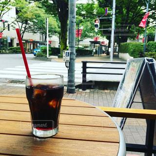 テーブルの上のアイスコーヒーの写真・画像素材[713488]