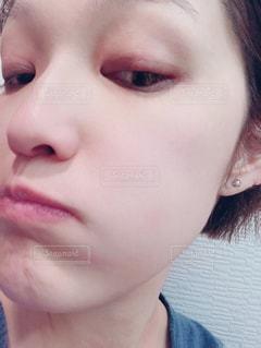 近くに彼女の歯を磨く女性のアップ - No.905571