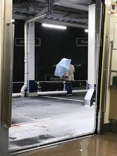 冷蔵庫の前に立っている男 - No.974455