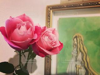 ピンクの花で一杯の花瓶の写真・画像素材[974495]