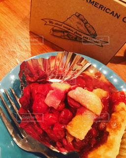 テーブルの上に食べ物のプレートの写真・画像素材[1133146]