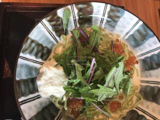 テーブルの上に食べ物のプレートの写真・画像素材[1263461]