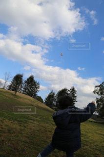 野原で凧を飛ばす息子の写真・画像素材[2831384]