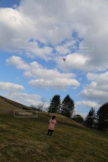 野原で凧を飛ばす子供の写真・画像素材[2831380]