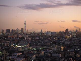 夕暮れ時の都市の眺めの写真・画像素材[2827300]