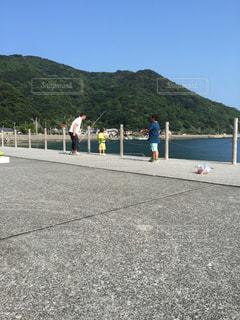 親子で釣りの写真・画像素材[960326]