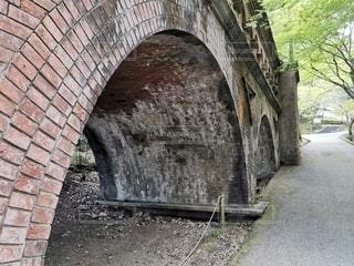 レンガの壁の隣に橋がある石造りの建物の写真・画像素材[3110190]