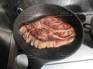 フライパンでステーキの写真・画像素材[2839031]