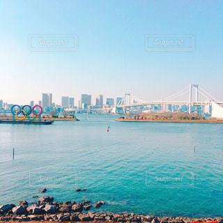 オリンピックエンブレムとレインボーブリッジの写真・画像素材[2977796]