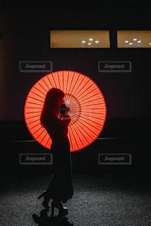 赤い傘を持っている人の写真・画像素材[2858370]