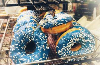 青いドーナッツの写真・画像素材[1026053]