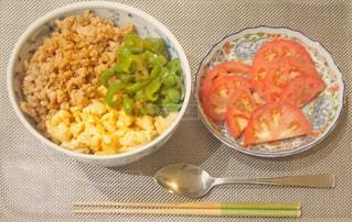 三色丼とトマトの写真・画像素材[1470630]