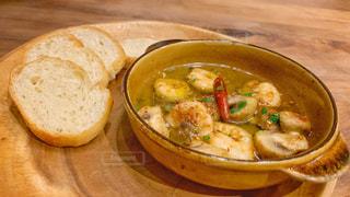 木製のテーブルの上に座っている食べ物のボウルの写真・画像素材[3010697]