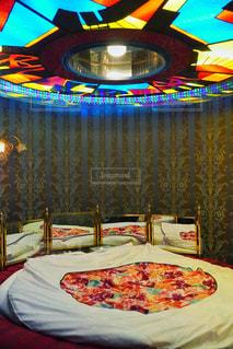 レトロなホテルの回転ベッドの写真・画像素材[3135605]