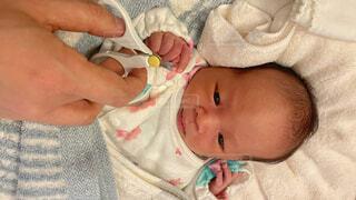 新生児の爪切りの写真・画像素材[4155518]