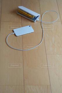電池パックが膨らんでしまったモバイルバッテリーの写真・画像素材[4551442]