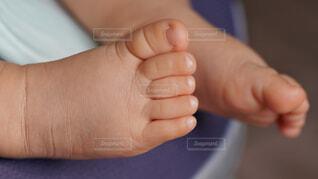 0才赤ちゃんの足の写真・画像素材[4695857]
