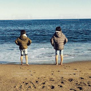 真冬の砂浜に立つ…チビ男2人…の写真・画像素材[2853122]