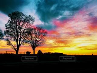 夕焼けと夜の間の写真・画像素材[2863364]