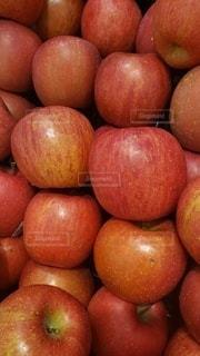 りんごの山積みの写真・画像素材[2838292]