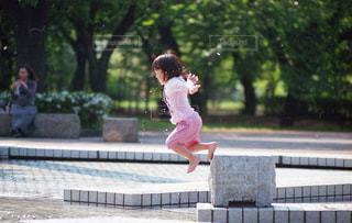 水遊びをする子供の写真・画像素材[2840784]