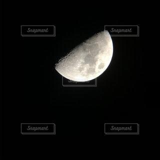 暗闇の中の月光の写真・画像素材[2840792]
