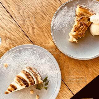 木製のテーブルの上のケーキの写真・画像素材[2841965]