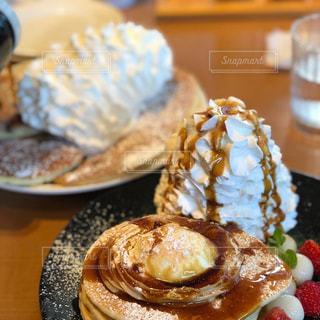 テーブルの上の食べ物の皿をクローズアップするの写真・画像素材[2846003]