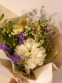 白の花が印象的な花束の写真・画像素材[2841911]