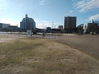 公園を自転車で走る子供の写真・画像素材[2906487]