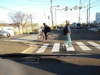 横断歩道を歩く人と自転車の写真・画像素材[2928587]