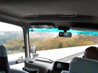 車窓からの霧の紅葉の写真・画像素材[2949606]