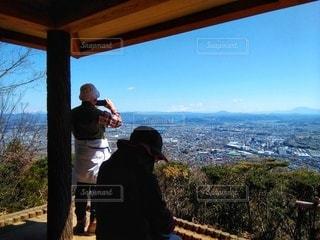 鳩吹山からの景色を撮影する人の写真・画像素材[3048548]