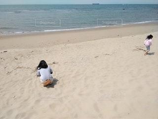 ビーチで遊ぶ母娘の写真・画像素材[3139437]