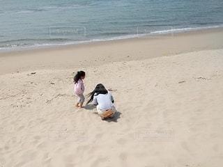 砂浜で遊ぶ母娘の写真・画像素材[3139434]