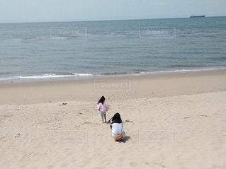 ビーチで海を眺める母娘の写真・画像素材[3139432]