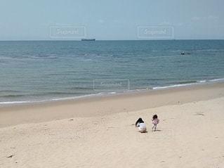 ビーチで遊ぶ母娘の写真・画像素材[3139711]